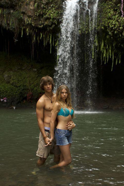 In einem Schlauchboot driften Emma (Indiana Evans, r.) und Dean (Brenton Thwaites, l.) auf eine einsame tropische Insel. Dort ist das ungleiche Paar... - Bildquelle: 2012 Sony Pictures Television Inc. All Rights Reserved.