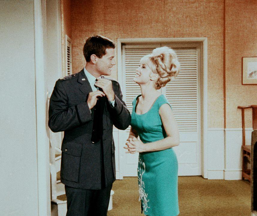 Tony (Larry Hagman, l.) teilt Jeannie (Barbara Eden, r.) mit, dass er von Roger auf eine Party eingeladen wurde, auf der auch zwei Schönheitskönigin... - Bildquelle: Columbia Pictures