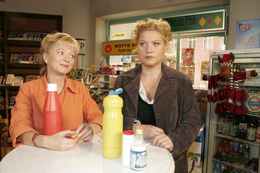 Helga (Ulrike Mai, l.) ermuntert Agnes (Susanne Szell, r.), mit Boris einen Neuanfang im Schwarzwald zu versuchen. - Bildquelle: Noreen Flynn Sat.1