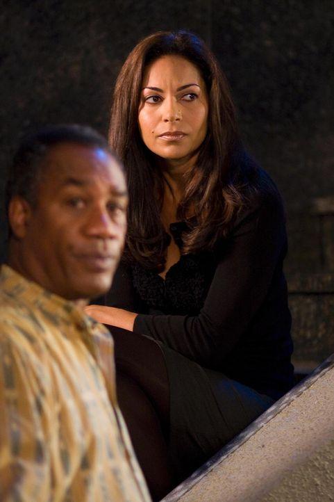 In Eureka geht es mal wieder drunter und drüber: Henry (Joe Morton, l.) und Allison (Salli Richardson-Whitfield, r.) ... - Bildquelle: Universal Television