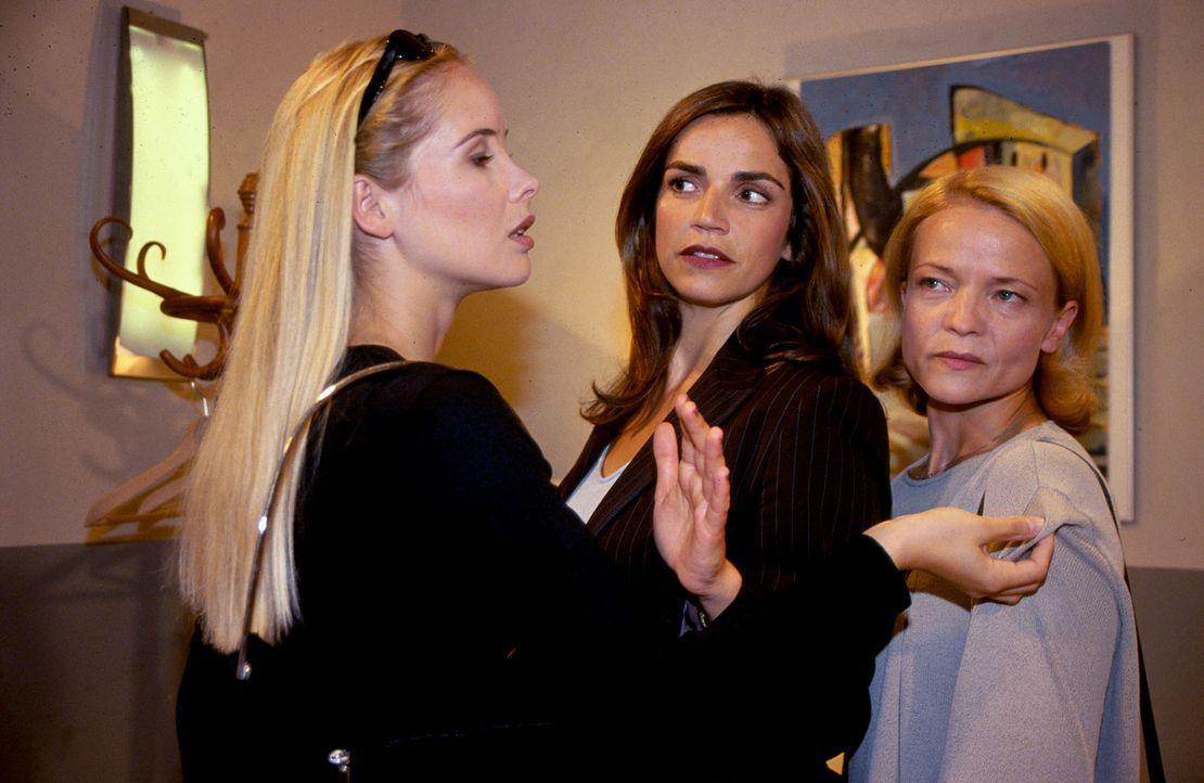Sandra (Rebecca Immanuel, M.) versucht, den Streit zwischen den beiden Rivalinnen Tessa Heinkes (Sylvia Leifheit, l.) und Marion Fritsch (Michou Fri... - Bildquelle: Hardy Spitz Sat.1