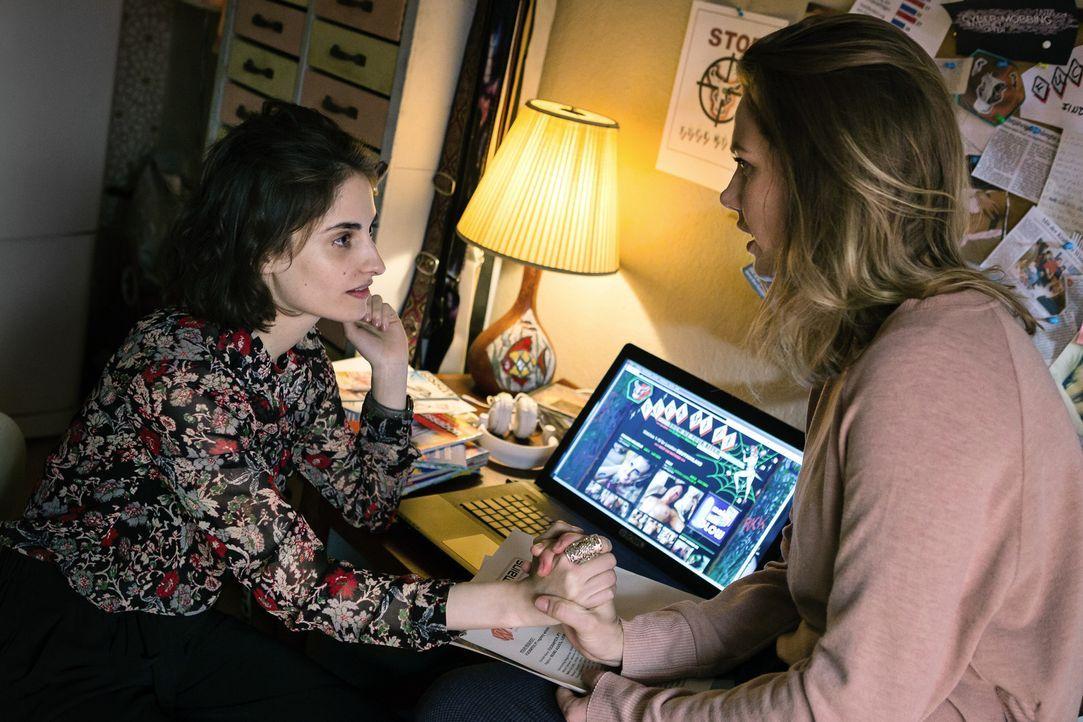 """Kann Charlotte (Felicitas Woll, r.) mit Hilfe der mutigen Amal (Jasmina Al Zihairi, l.) dem Betreiber der Website """"Racheporno"""" das Handwerk legen? - Bildquelle: Arvid Uhlig SAT.1"""
