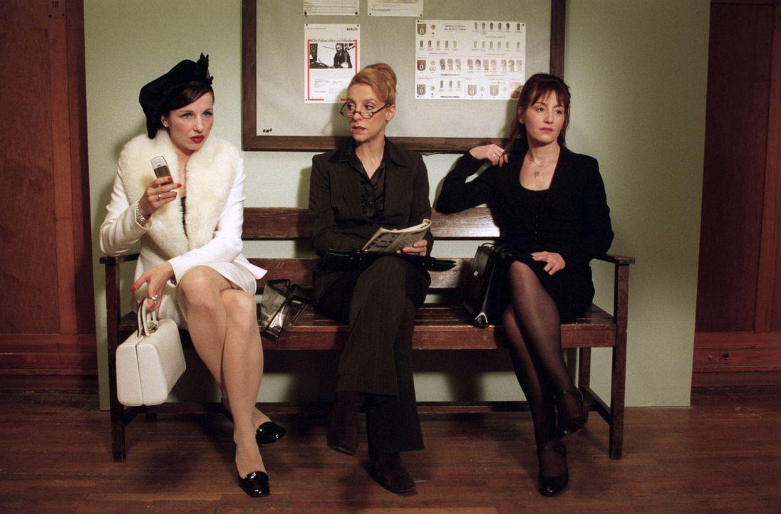 Aus den drei betrogenen Ehefrauen Uschi Schlenz (Meret Becker, l.), Isolde Bierbichler (Sissi Perlinger, M.) und Luzie Feinstein (Ulrike Krumbiegel,... - Bildquelle: Volker Roloff Sat.1