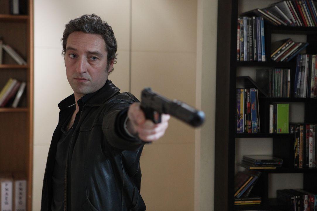 Hat Skela (Benjamin Baroche) etwas mit dem Mord an Laure Brévin zu tun? - Bildquelle: Xavier Cantat 2011 BEAUBOURG AUDIOVISUEL