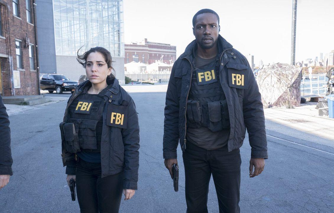 In letzter Sekunde können Zapata (Audrey Esparza, l.) und Reade (Rob Brown, r.) die Bomben entschärfen, aber die Terroristen haben dafür CIA-Direkto... - Bildquelle: Warner Brothers