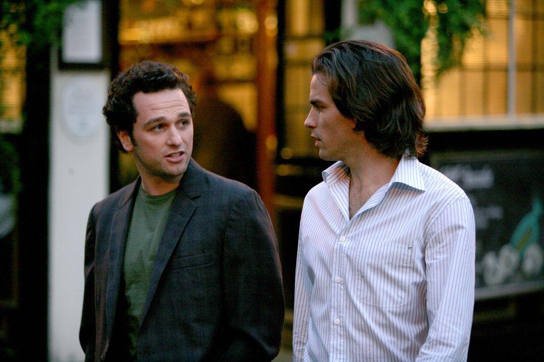 Paolo (Santiago Cabrera, r.) wird mit Peter (Matthew Rhys, l.) nicht so recht warm. Kein Wunder ... - Bildquelle: Chris Raphael 2007 EUROPACORP - SKYLINE (LoD) LIMITED