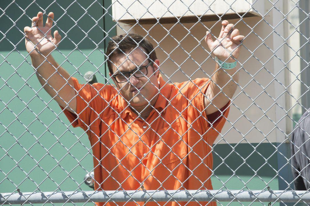 Ein Mord im Gefängnis sorgt dafür, dass schließlich sogar Sylvester (Ari Stidham) hinter Gittern endet. Doch warum? - Bildquelle: Neil Jacobs 2015 CBS Broadcasting, Inc. All Rights Reserved.