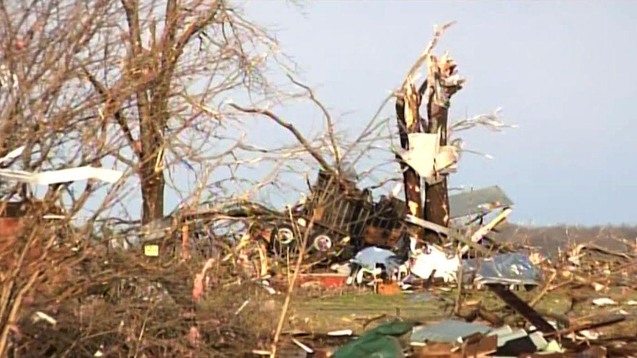 Im März 2012 entsteht ein EF-4 Tornado, der auf seinem Weg durch die Kleinstadt Henryville, Indiana eine tiefe Furche der Zerstörung hinterlässt ......
