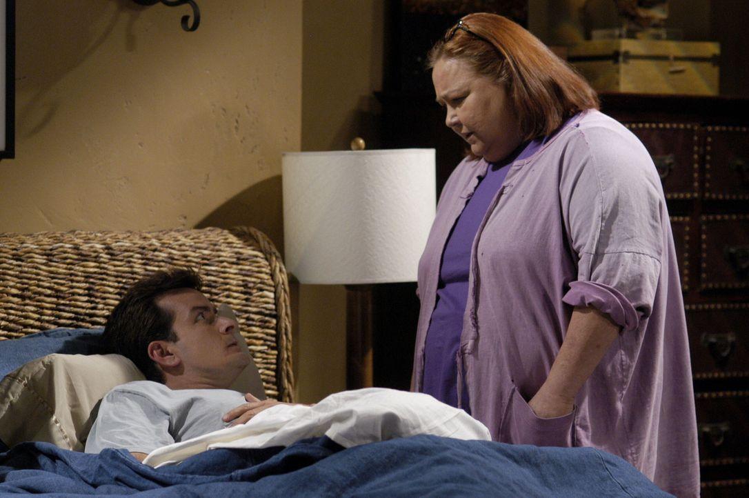Berta (Conchata Ferrell, r.) lässt sich von Charlies (Charlie Sheen, l.) Bruder Alan nicht vorschreiben, wie sie den Haushalt zu führen hat ... - Bildquelle: Warner Brothers Entertainment Inc.
