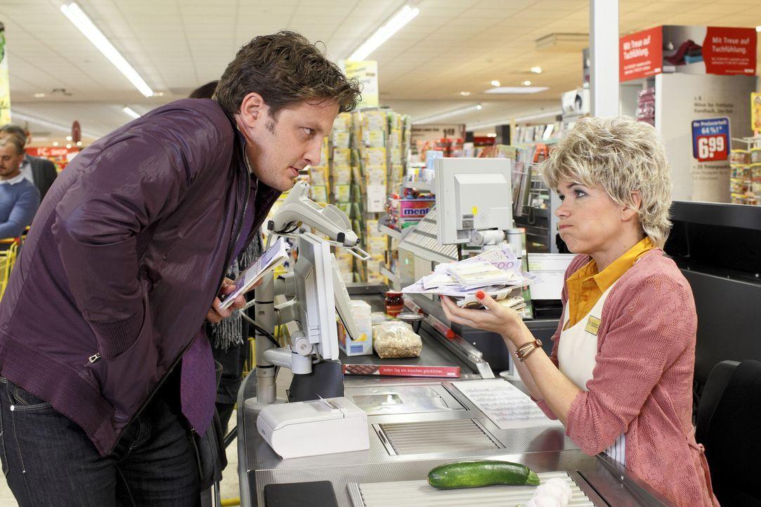 In diesem Bio-Supermarkt sind die Preise etwas höher als im Lebensmitteldiscounter. Die erfahrene Kassiererin Heike (Anke Engelke, r.) erläutert g... - Bildquelle: Guido Engels SAT.1