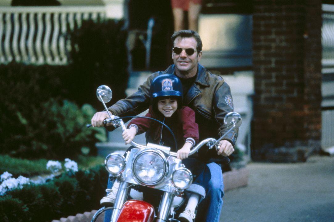 Zwischen Frank Sullivan (Dennis Quaid, hinten) und seinem Sohn John (Daniel Henson, vorne) herrscht eine besonders intensive Beziehung. Da verunglüc... - Bildquelle: New Line Cinema