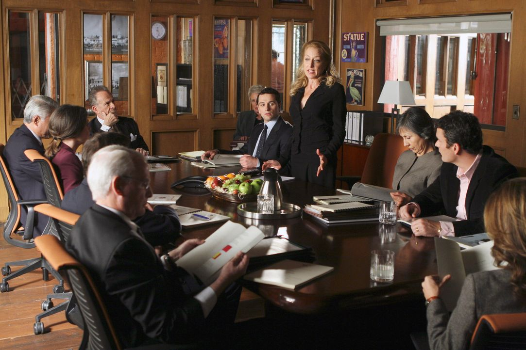 Die erste gemeinsame Aufsichtsratssitzung: Saul (Ron Rifkin, 5.v.l.), Nora (Sally Field, 2.v.l.), Tommy (Balthazar Getty, 2.v.r.), Kevin (Matthew Rh... - Bildquelle: Disney - ABC International Television