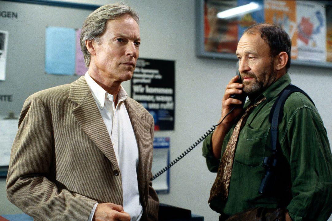 Inspector Lauber (Michael Mendl, r.) von der Schweizer Polizei begegnet Andrew McCracken (Richard Chamberlain, l.) zunächst recht reserviert. Doch M... - Bildquelle: Calvin Fehr SAT.1