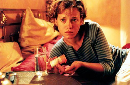 Meine Tochter darf es nie erfahren - Jenny (Muriel Baumeister) konsumiert sei...