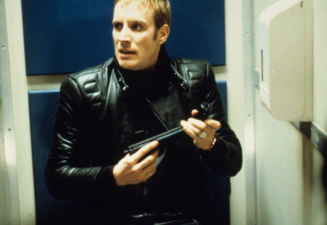 Nichts ahnend lässt sich Pete (Rhys Ifans) auf einen verdammt gefährlichen Deal mit einem mysteriösen Russen ein, der ihn fast das Leben kostet ... - Bildquelle: VCL Communications GmbH