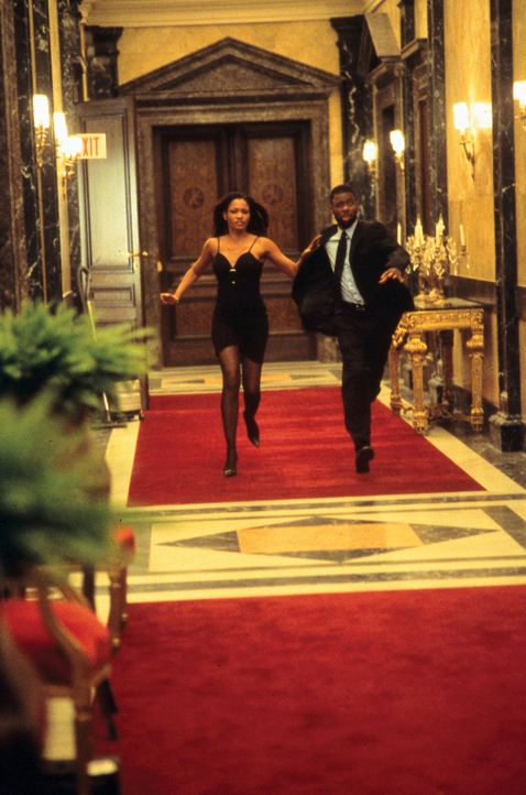 Auf der Flucht: Nicole (Garcelle Beauvais, l.) und Chaos-Agent Jake (Chris Rock, r.) ... - Bildquelle: Disney