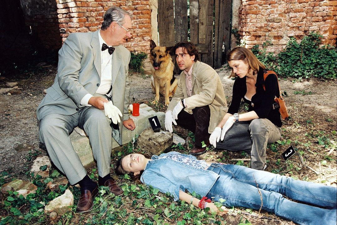 Dr. Graf (Gerhard Zemann, l.), Marc (Alexander Pschill, 2.v.r.) und Niki (Elke Winkens, r.) rätseln, warum das junge Mädchen Selbstmord begangen hat... - Bildquelle: Ali Schafler Sat.1