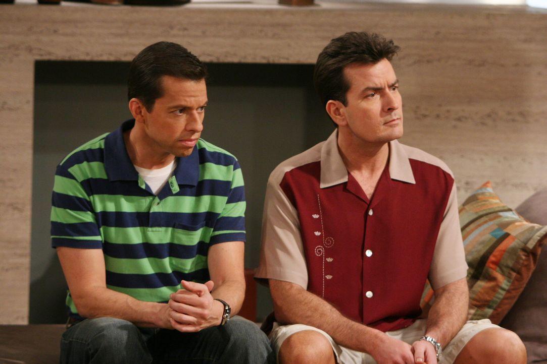 Versuchen Harvey und Rose los zu werden: Alan (Jon Cryer, l.) und Charlie (Charlie Sheen, r.) ... - Bildquelle: Warner Brothers Entertainment Inc.