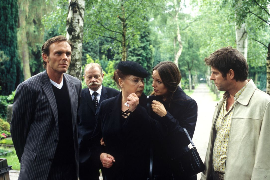 Im Anschluss an die Beerdigung von Richard Lamberti wird Thea Bitterwasser (Ursula Karusseit, M.) von Jupp (Uwe Fellensiek, r.) und Falk (Dirk Marte... - Bildquelle: Martin Lässig Sat.1