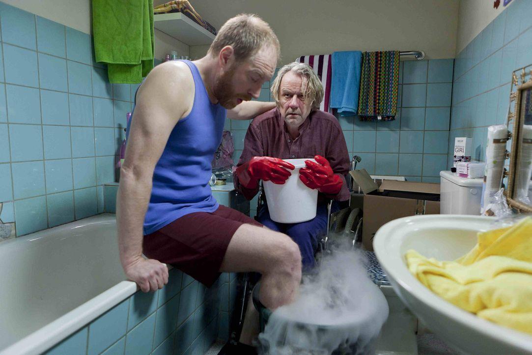Kurt (Axel Siefer, r.) schließt Bekanntschaft mit Tom (Rainer Sellien, l.), einem BIID-Patienten, der die Amputation seines gesunden Beines einklage... - Bildquelle: Frank Dicks SAT.1