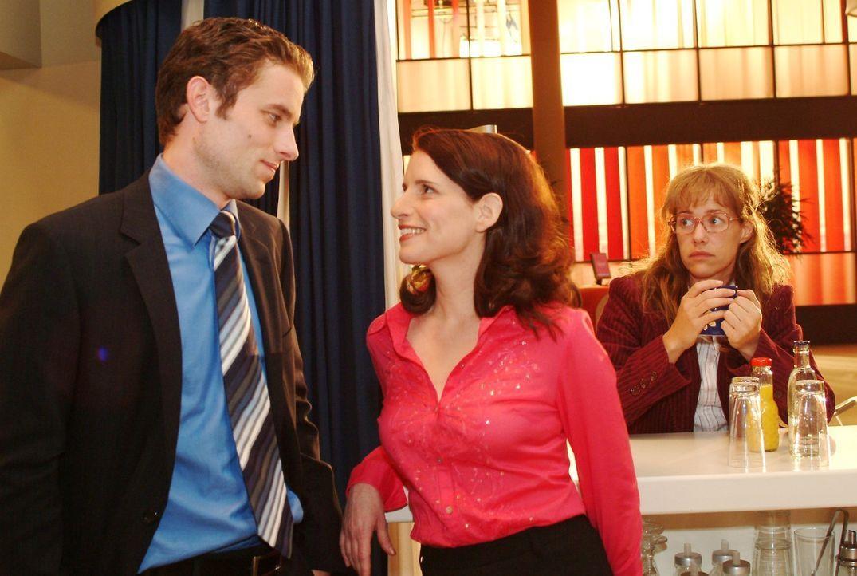 Lisa (Alexandra Neldel, r.) ist es unangenehm, Max (Alexander Sternberg, l.) mit Inka (Stefanie Höner, M.) flirten zu sehen. (Dieses Foto von Alexa... - Bildquelle: Sat.1