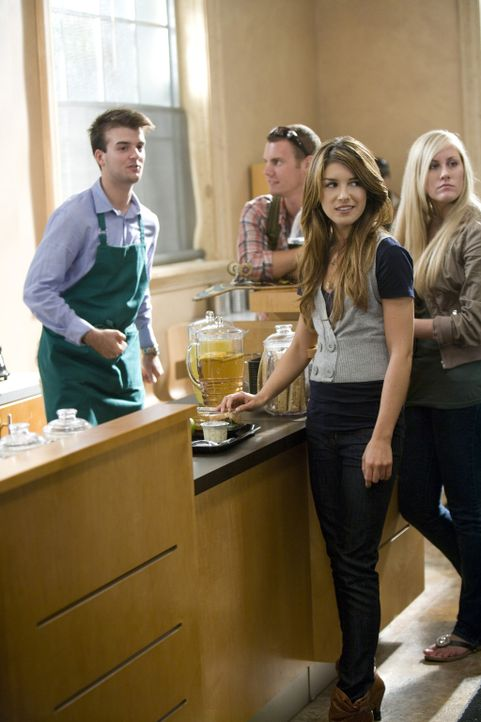 Annie (Shenae Grimes) lernt Jasper langsam näher kennen... - Bildquelle: TM &   CBS Studios Inc. All Rights Reserved