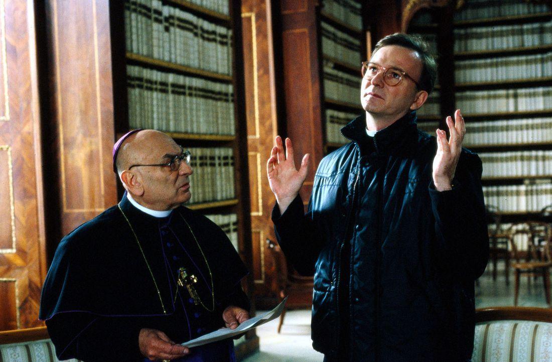 Prälat Hinter (Michael Lerchenberg, r.) und der Bischof (Rudolf Wessely, l.) debattieren über das vorzeitige Ableben des Pater Arnold. - Bildquelle: Magdalena Mate Sat.1
