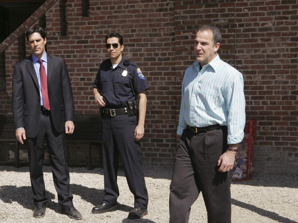 Gemeinsam mit der mexikanischen Polizei, sollen Jason Gideon (Mandy Patinkin, r.) und Aaron Hotchner (Thomas Gibson, l.) einen Serientäter entlarve... - Bildquelle: Touchstone Television