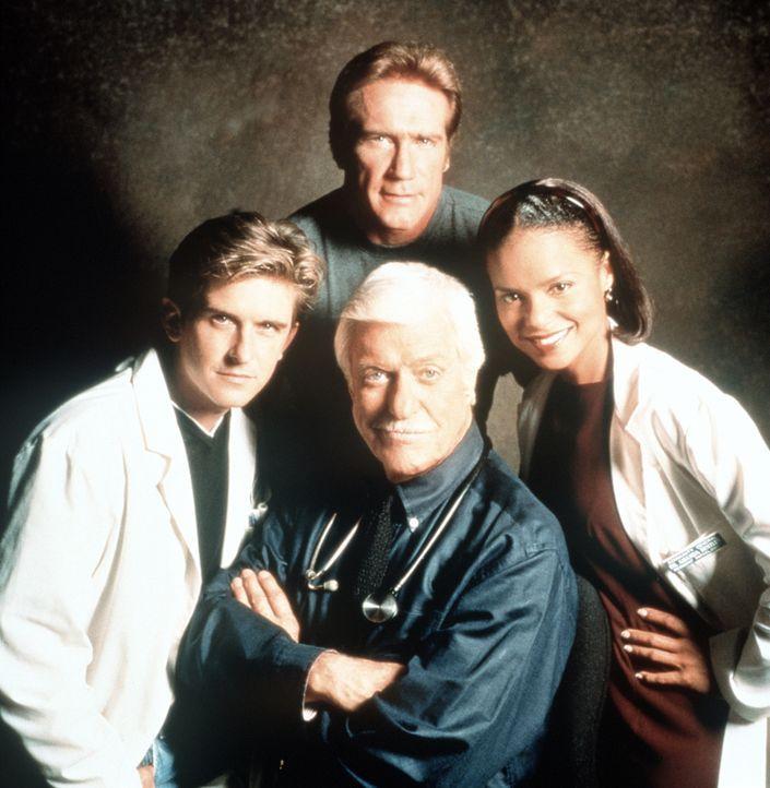 Dr. Mark Sloan (Dick Van Dyke, M.), Berater der örtlichen Polizei bei medizinischen Fragen, inmitten seines bewährten Teams: Assistenzarzt Jesse (Ch... - Bildquelle: Viacom