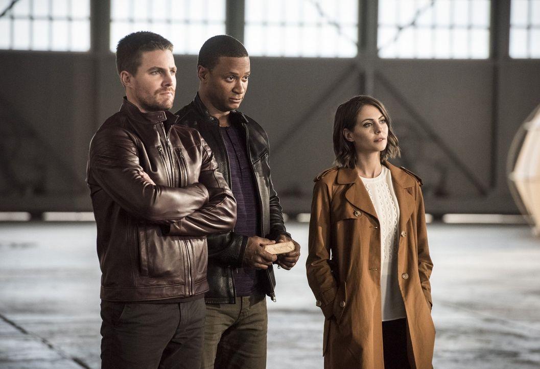 Wie werden Oliver (Stephen Amell, l.), John (David Ramsey, M.) und Thea (Willa Holland, r.) reagieren, wenn sie erfahren, wie Barrys Zeitreise ihre... - Bildquelle: 2016 Warner Bros.