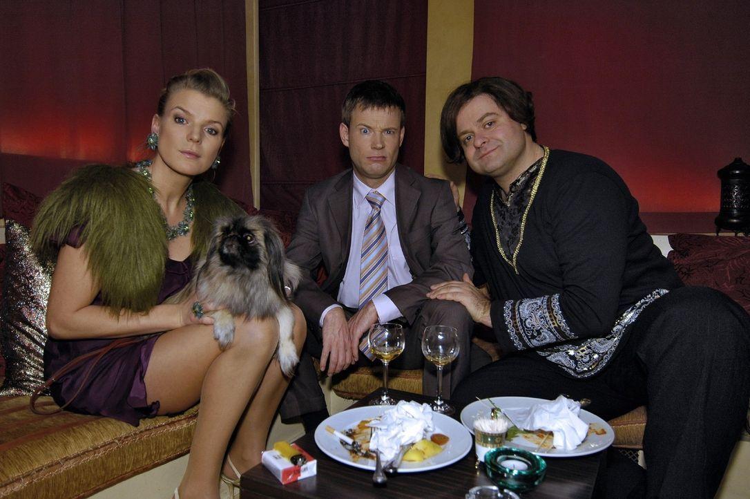 Mirja (Mirja Boes, l.) und Mathias (Mathias Schlung, M.) machen die Erfahrung, dass Pekinesen bei Markus (Markus Majowski, r.) im Chinarestaurant ni... - Bildquelle: Sat.1