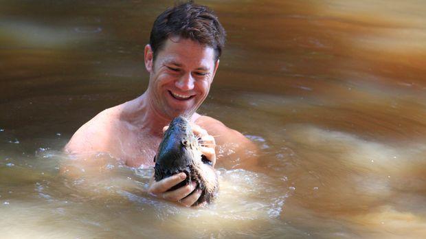 Steve Backshall kommt in Peru einem Otter ganz nahe ... © Giles Badger Giles...