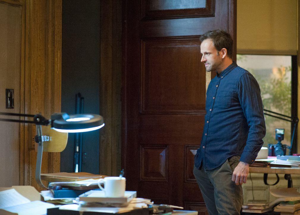 Sherlock (Jonny Lee Miller) findet er heraus, dass die Bombe schon einige Jahre an der Stelle deponiert war, an der sie detoniert ist und zwei Mensc... - Bildquelle: CBS Television