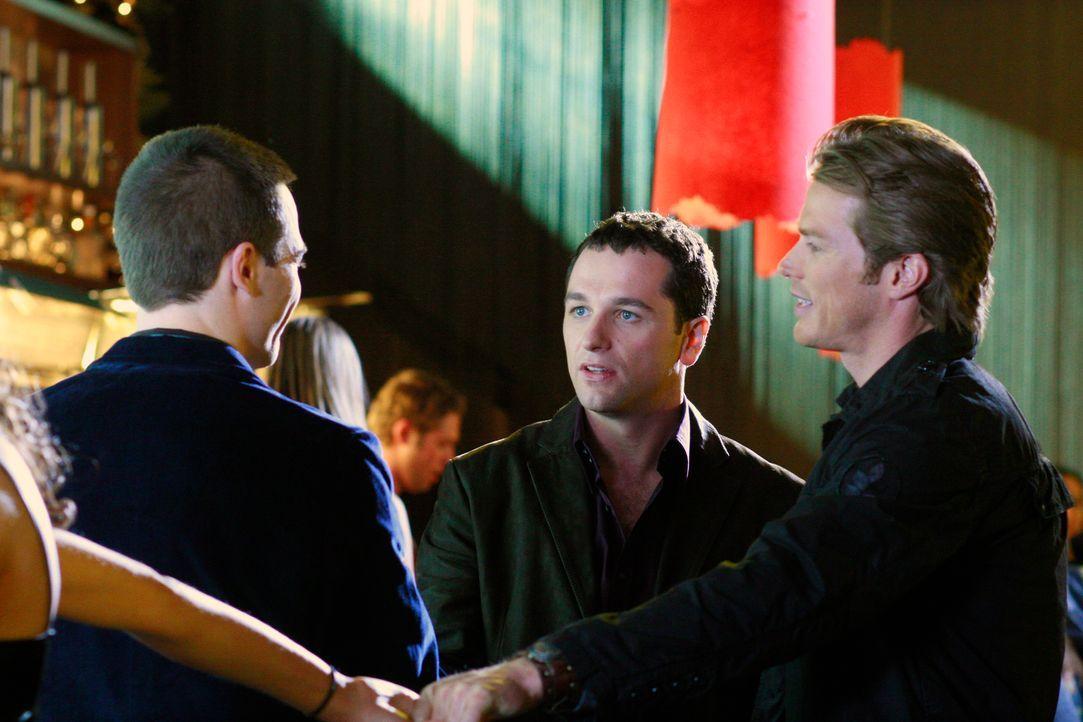 Um Chad (Jason Lewis, r.) eifersüchtig zu machen und verbringt Kevin (Matthew Rhys, M.) die Nacht mit Scotty (Luke MacFarlane, l.) - was sich als f... - Bildquelle: Disney - ABC International Television