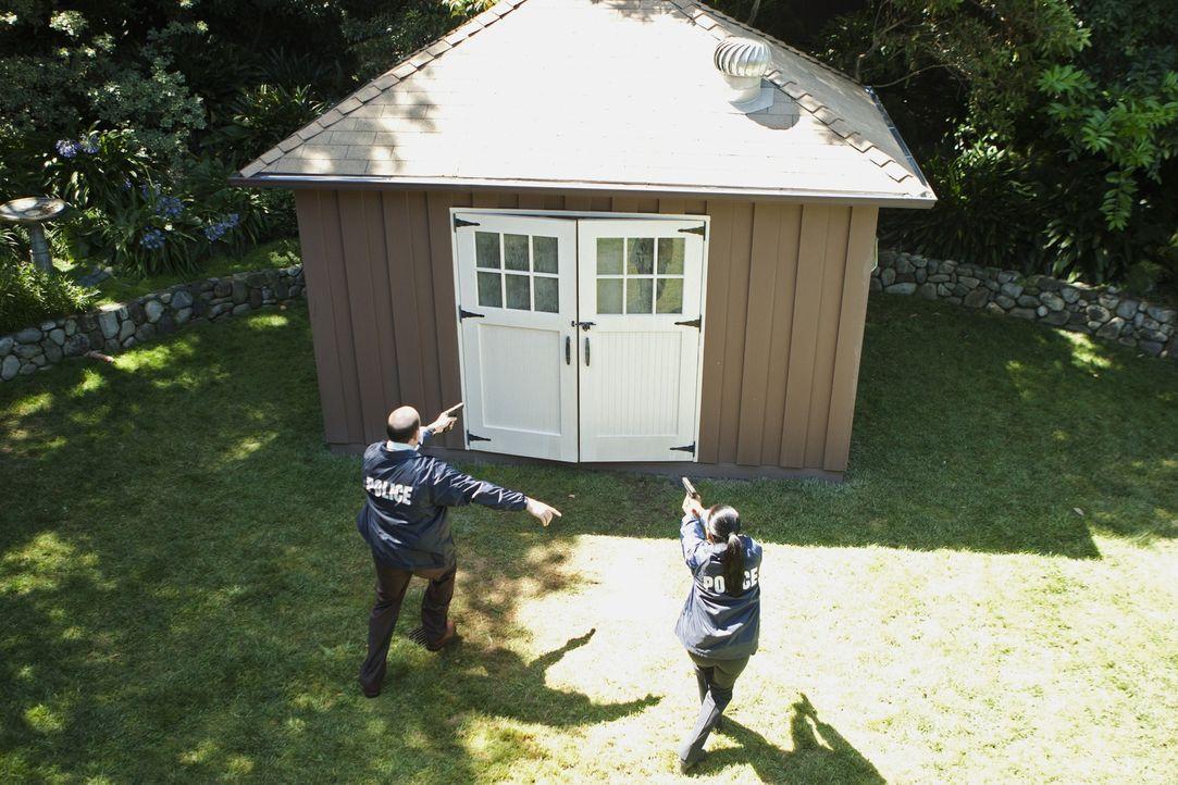 Was verbirgt sich hinter den Türen des Gartenhäuschens? Det. Bud Morris (John Carroll Lynch, l.) und Det. Samantha Baker (Sonja Sohn, r.) sind auf a... - Bildquelle: ABC Studios