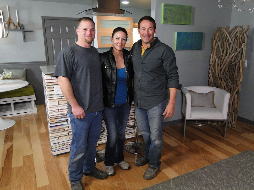 Das Haus von Lindsey (M.) und Corey (l.) muss endlich mal auf Vordermann gebracht werden, Josh (r.) und sein Team überraschen die beiden mit ansprec... - Bildquelle: 2013, DIY Network/Scripps Networks, LLC. All Rights Reserved.