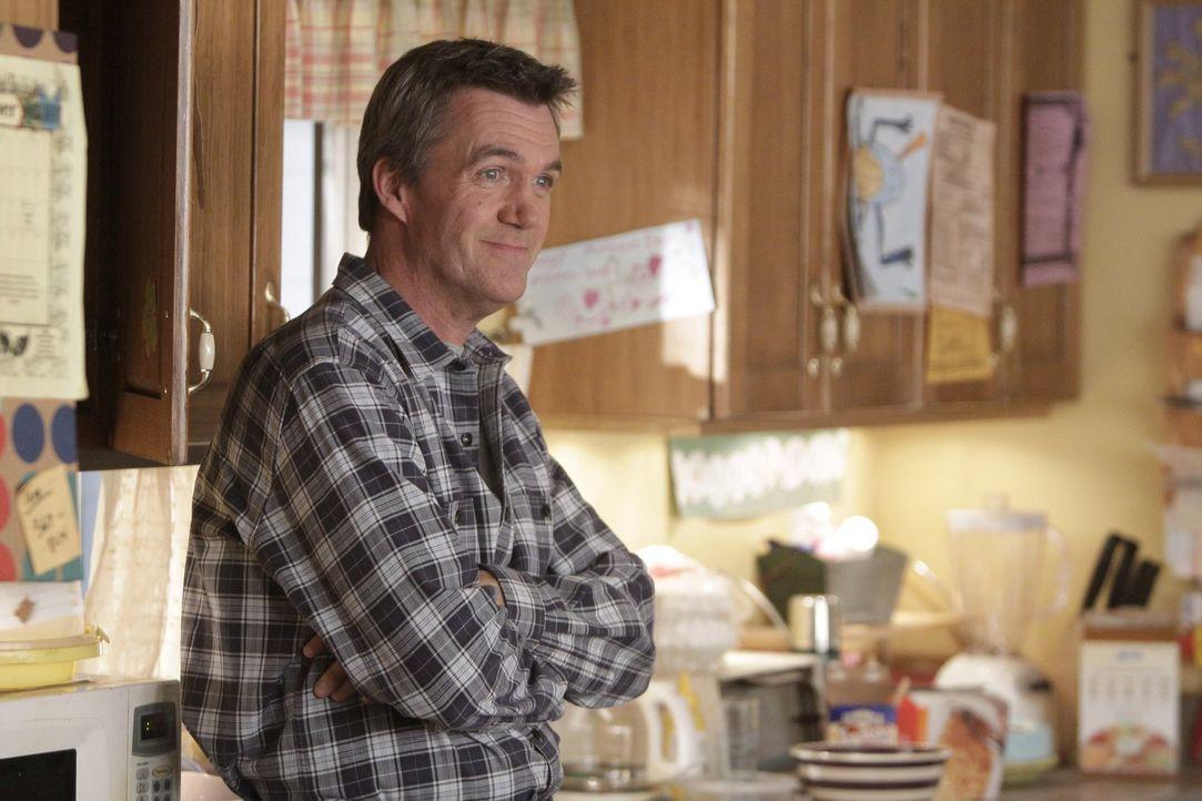 """Mike (Neil Flynn) will seine Familie zur """"coolsten Familie"""" der Nachbarschaft machen und schafft sich deshalb einen Billardtisch an ... - Bildquelle: Warner Brothers"""