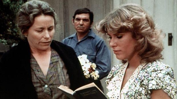 Mary Ellen (Judy Taylor, r.) gerät zunehmend in Sorge darüber, dass es keinen...