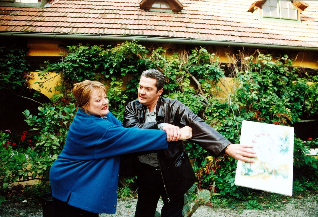 Walter Stift (Herbert Föttinger, r.), der Sohn des Verstorbenen, versucht Tanja Kraus (Marianne Sägebrecht, l.) ein Bild zu entreißen. Unter dessen... - Bildquelle: Ali Schafler Sat,1