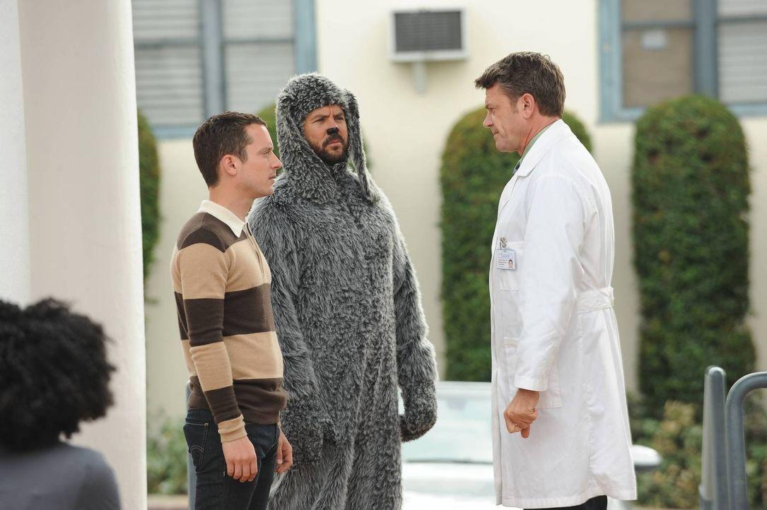 Wird Ryans (Elijah Wood, l.) Mutter wirklich aus der Klinik entlassen? Zusammen mit Wilfred (Jason Gann, M.) besucht er ihren Arzt Dr. Cahil (John M... - Bildquelle: 2014 Fox and its related entities.  All rights reserved.
