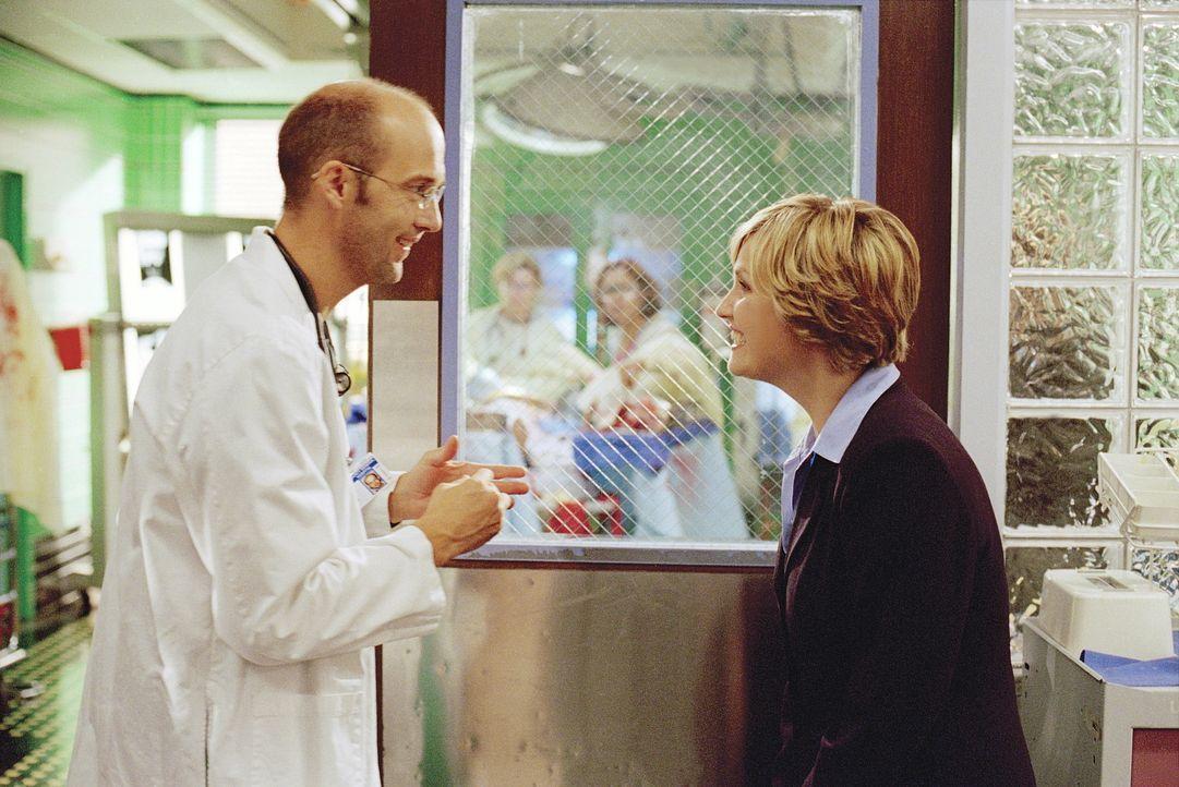 Greene (Anthony Edwards, l.) hat Dr. Lewis (Sherry Stringfield, r.) überredet, wieder in der Notaufnahme anzufangen. - Bildquelle: TM+  WARNER BROS.