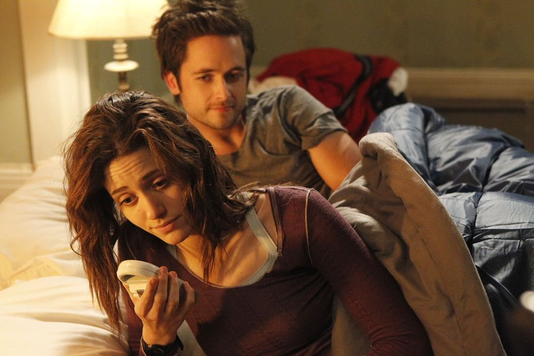 Jetzt, wo sie ausgezogen sind, haben Fiona (Emmy Rossum, l.) und Steve (Justin Chatwin, r.) Probleme, loszulassen ... - Bildquelle: 2010 Warner Brothers