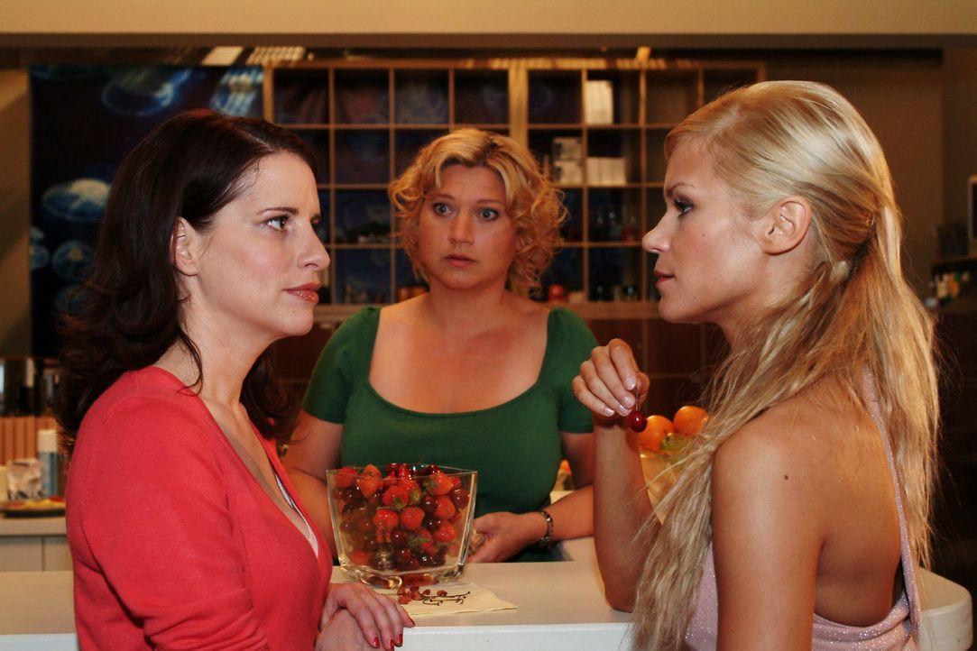 Inka (Stefanie Höner, l.) legt sich mit Sabrina (Nina-Friederike Gnädig, r.) an, als diese Agnes (Susanne Szell, M.) anweisen will, die Kaffeemasc... - Bildquelle: Monika Schürle Sat.1