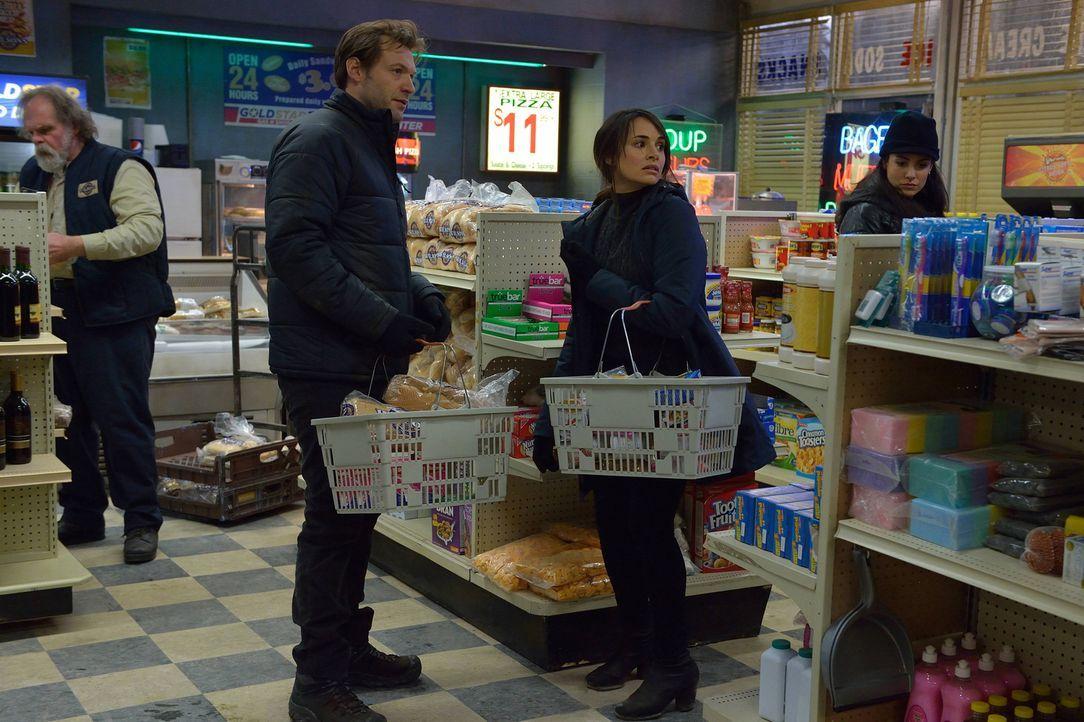 Während Eph (Corey Stoll, 2.v.l.) und Nora (Mia Maestro, 2.v.r.) bereits ahnen, dass sie nicht in Sicherheit sind, wollen Buck Norris (George Buza,... - Bildquelle: 2014 Fox and its related entities. All rights reserved.