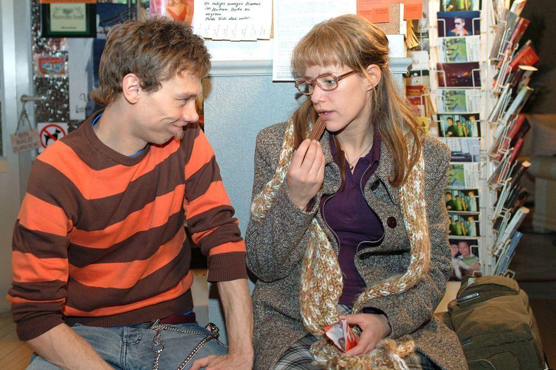 Auf den Schreck erst einmal Schokolade: Lisa (Alexandra Neldel, r.) bittet Jürgen (Oliver Bokern, l.), sich die peinlichste Situation auszumalen, di... - Bildquelle: Monika Schürle Sat.1