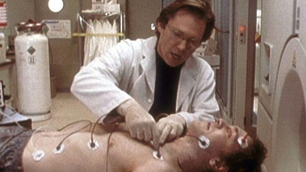 Stephen Ledbetter (Richard Thomas, hinten) untersucht seinen Freund Andy (Pet...