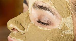 Sieht eklig aus, hilft aber: eine Gesichtsmaske aus Heilerde.