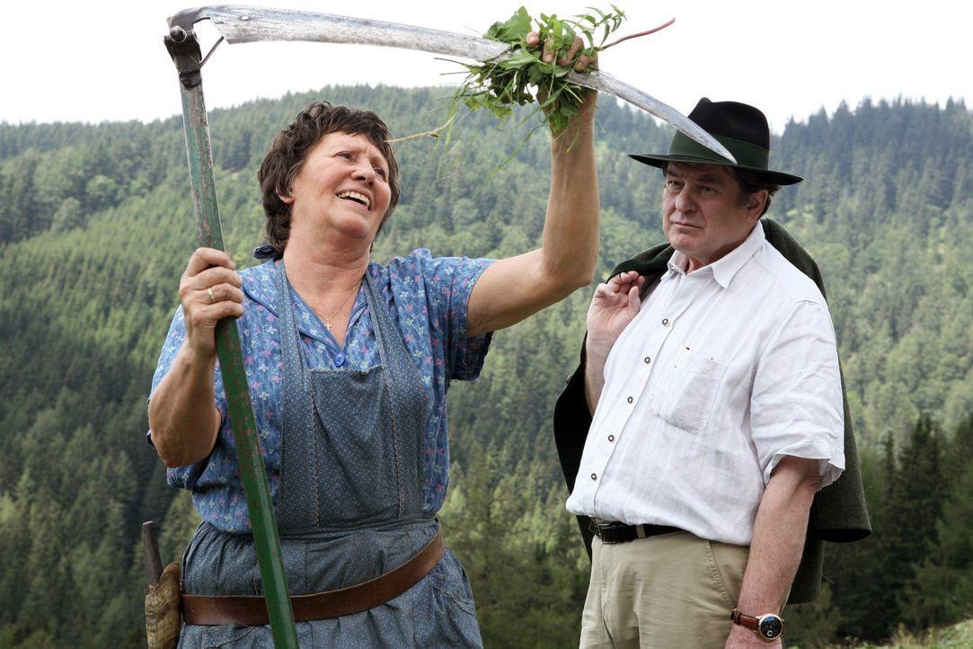 Rosel (Hertha Schell, l.) will ihre Alm nicht an Sobotzki (Erwin Steinhauer, r.) verkaufen. - Bildquelle: Petro Domenigg Sat.1