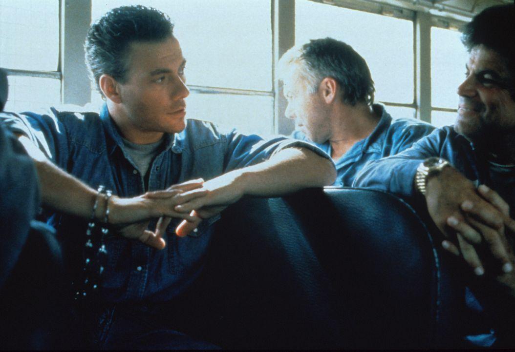 Während eines Gefängnistransports, plant Sam Gillen (Jean-Claude van Damme, r.) seine Flucht ... - Bildquelle: Columbia Pictures Corporation