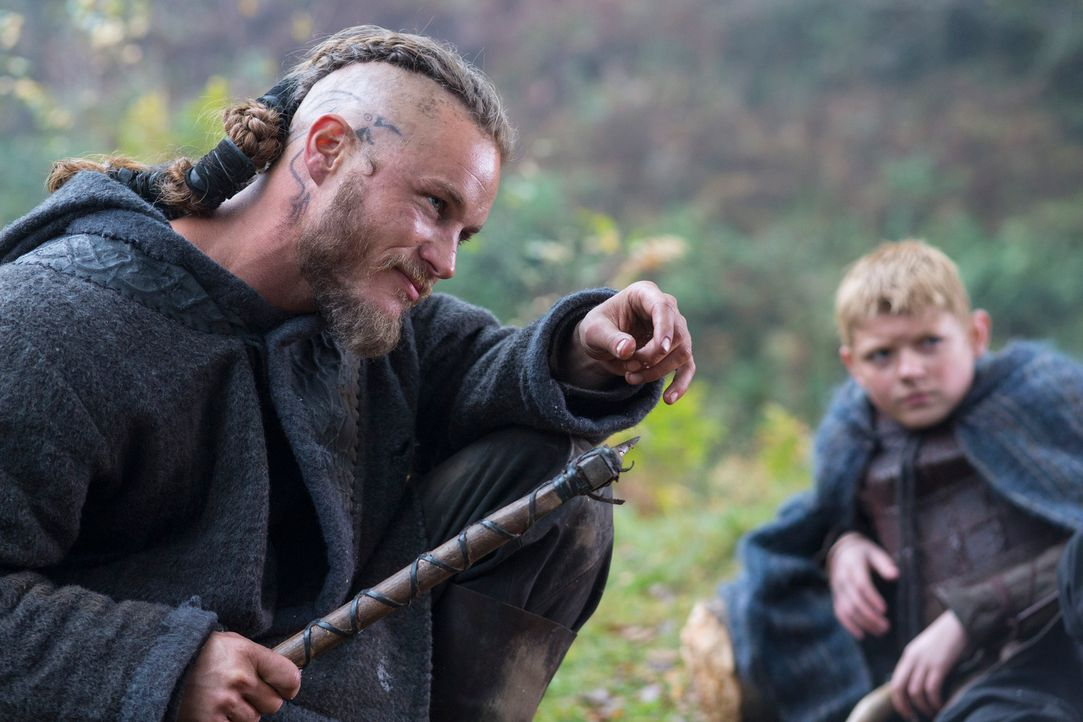 Tiefe Gräben durchziehen die Familie Lothbrok: Björn (Nathan O'Toole, r.) kann und will nicht hinnehmen, dass sein Vater Ragnar (Travis Fimmel, l.)... - Bildquelle: 2013 TM TELEVISION PRODUCTIONS LIMITED/T5 VIKINGS PRODUCTIONS INC. ALL RIGHTS RESERVED.